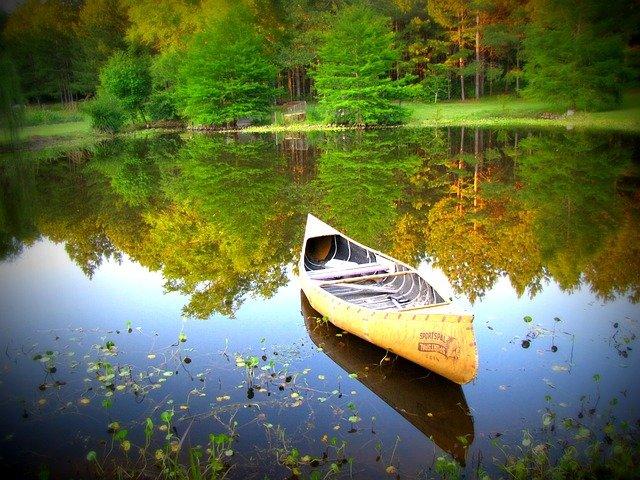 Pêcher en utilisant un kayak à pédale